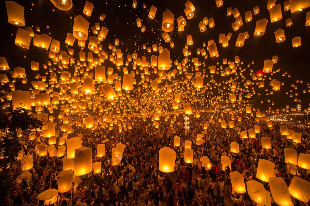 several thousand people Yi Peng Lantern Festival